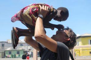 Robin spielt mit Kind