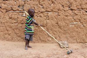 Afrikanisches Kind mit Spielzeug