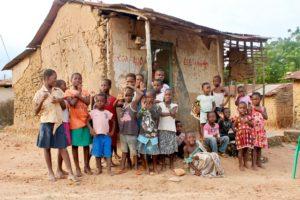 Kinder Ghana Lehmhütte
